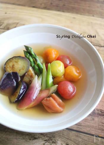 彩り綺麗な夏野菜を、鮮やかな色はそのままに涼しげなお浸しにして。普通の出汁だけでなく、梅干しでさっぱり味に仕上げるのがポイント。そうめんの副菜にもどうぞ!