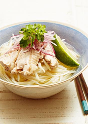 日本ではなかなか手に入らないフォーを、うどんで冷やし麺にアレンジ。ナンプラーや香菜のエスニックな味はそのままに、より気軽にチャレンジできるレシピです。