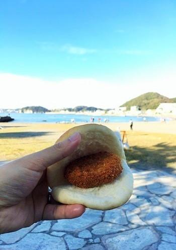 """お店で販売しているハンバーガーのバンズのような「皮パン」(近隣のパン屋さんに特注しているとか)も一緒に購入し、このパンにコロッケを挟んで頂くのが""""葉山流""""。"""