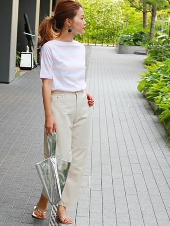 淡いピンクのボーダーTシャツ×ライトベージュのパンツの一見シンプルなスタイリングも、バッグとサンダルでシルバーを加えることで、ぐっと洗練された印象に。