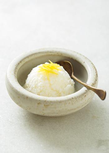 シンプルな材料で作れる、さっぱりとしたレモンジンジャーシャーベットのレシピ。特別な材料や道具、行程が無いので、ぜひ気軽に試してみて♪