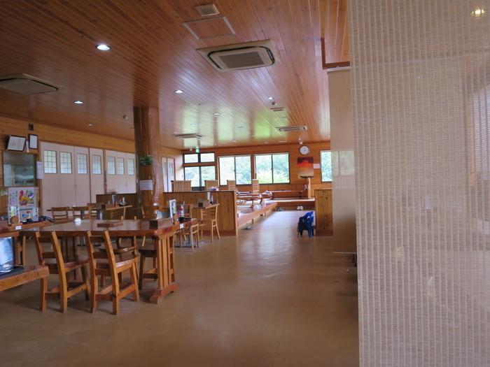奄美大島の郷土料理といえば、鶏飯!ぜひ鶏飯を食べていただきたいところ。おいしい鶏飯が食べられると評判の「ひさ倉」は奄美空港から車で20分程度の場所にあります。店内は椅子席のほか座敷席もあり、ゆったりくつろぐこともできます。
