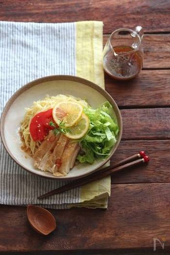 冷やし麺の定番、冷やし中華。お酢の代わりにレモン汁を使ったタレにすれば、香りよくよりさっぱりとした味わいに。いつものとはまた違った風合いを楽しめますよ。