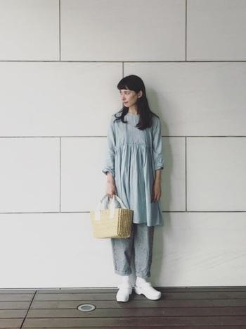 グレイッシュブルーのワンピースに、グレーのパンツを合わせたワントーンコーデ。足元は白で軽やかに、夏らしいかごバッグを合わせた爽やかなナチュラルスタイルです。