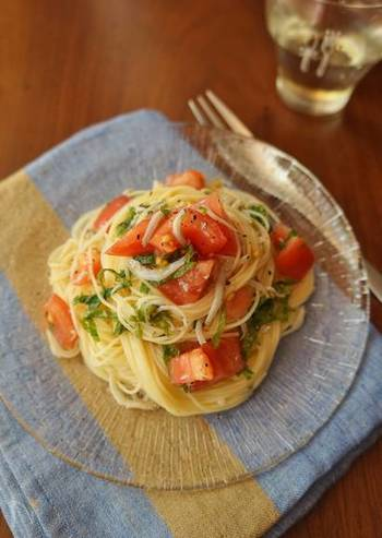 トマトや大葉を使った、爽やかな冷製パスタ。細麺のカッペリーニを使えば絡みやすいですし、2分で茹で上がるのも嬉しいポイント。あっという間の5分で作れるスピードレシピです。