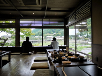 2Fのカウンター席では、「桂川」の新緑や「渡月橋」を眺めながらのお食事が楽しめます。大人になってからも親子で訪れたいですね。