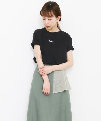 シンプルなTシャツなので、ボトムはデザイン性のあるフレアスカートを合わせて軽やかに女性らしく。袖をロールアップしてアレンジするとより着こなしの幅が広がりそう。