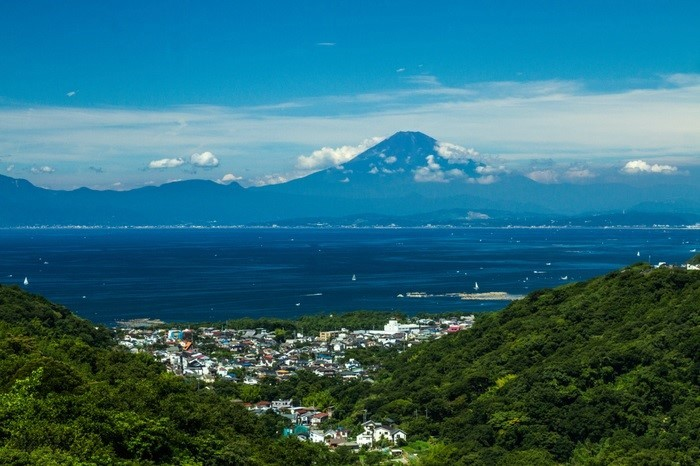 「湘南山国際村」から望む葉山のまちなみ。