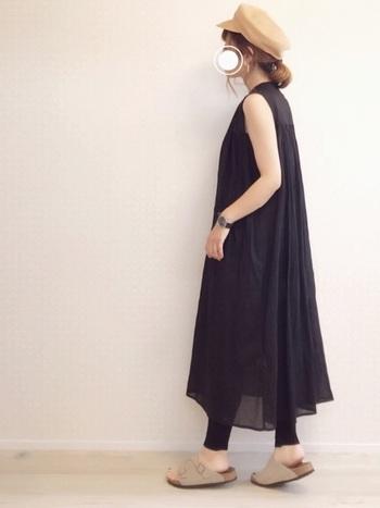 黒のワンピースとレギンスを合わせ、ベージュのサンダルと帽子をプラスしたコーディネート。黒×ベージュの組み合わせが、ナチュラル感をアップしてくれます。