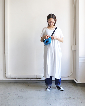 膝下までの長さでゆったり着られるTシャツワンピースに、デニムパンツを合わせたコーディネート。白のTシャツワンピはシンプルな分、家着感が強くなりがちなので、デニムパンツやデザインの入ったパンツを合わせて、お出かけ感を演出するのがおすすめです。