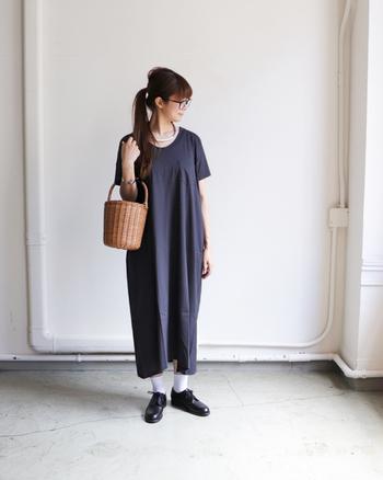 チャコールグレーのシンプルなTシャツワンピースに、黒のハンサムシューズ×白靴下を合わせたコーディネートです。足元をしっかりお出かけ仕様にすることで、一枚ではラフなTシャツワンピースをこなれ感のある大人スタイルに仕上げています。