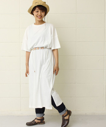 こちらも丈が長めの白Tシャツワンピース。裾にスリットが入っているなどデザインのあるタイプを選ぶのも、家着見せさせないために有効なポイントです。ベルトでウエストマークをするのも、アクセントになって良いですね。