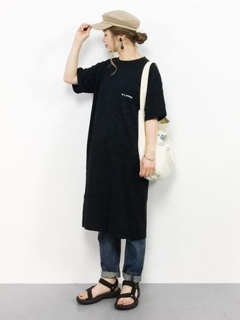 黒のTシャツワンピースに、デニムパンツを合わせたシンプルなスタイリング。家でラフに過ごすときにもぴったりですが、帽子やサンダルを合わせれば、簡単にお出かけスタイルに早変わりできるのも魅力的ですね。