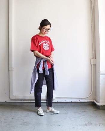 はっきりした赤のロゴTシャツには、デニムパンツとスニーカーのカジュアルコーデがおすすめ。ただしこれだけではラフすぎる印象なので、ウエストにシャツを巻いたり、カーディガンを肩から掛けたりのワンポイントで垢抜けスタイルに仕上げましょう。