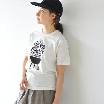 ロゴTシャツコーデは合わせるアイテムの選び方を変えるだけでその印象はガラリと変わるはず。ぜひアイテム選びを意識した大人コーデで、キュートな魅力たっぷりのロゴTシャツコーデを楽しんでみてくださいね♪