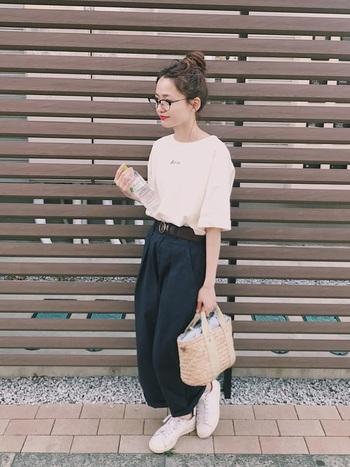 白のTシャツにちょこんとさりげなく施されたロゴが、とってもキュートなアイテム。ネイビーのワイドパンツを合わせて、タックイン×ベルトのウエストマークでスタイルアップ効果も期待できる着こなしにまとめています。白スニーカーやカゴバッグで、季節感もアピール。