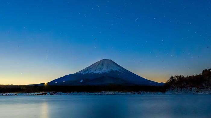 ©2018 PEACE NIPPON PROJECT LLC  日本で一番高い山であり、世界遺産登録によって、常に多くの登山客でにぎわう「富⼠⼭」。絶景スポットとしては真新しさがないかもしれませんが、一度、間近に、その美しさを感じてみてはいかがでしょう。  古くから信仰の対象として崇拝されている霊峰であり、葛飾北斎が「冨嶽三十六景」でたくさんの富士山を残したように、世界的な偉人の心をも捉えて離さない魅力が、そこにはあります。