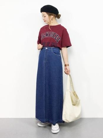 ビッグシルエットが印象的な、カレッジロゴデザインのボルドーTシャツです。デニムのロングスカートをハイウエストで合わせて、タイトさが大人味をアップさせる着こなしに。