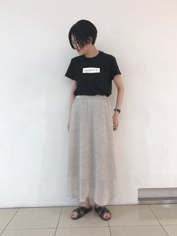 黒のロゴTシャツを女性らしく着こなすために、あえてフェミニンなシフォン素材のロングスカートを合わせた着こなし。サンダルや腕時計で華奢さをアピールしつつ、ロゴTの重さもしっかりある大人女子におすすめのコーディネートです。