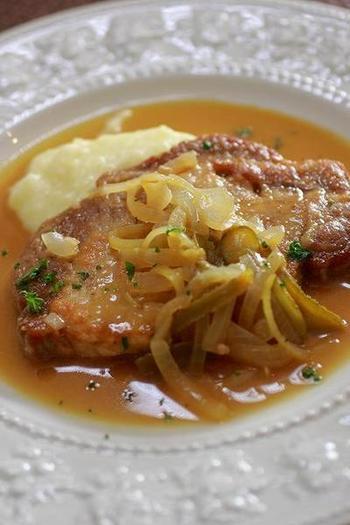 """「シャルキティエール」はフランスの定番料理。ちなみに""""肉屋の女主人""""という意味なんだそう。 こちらのレシピは、豚肉と玉ねぎを炒めた際の旨味が、ソースとして溶け込んだ一品です。味の決め手はマスタードとコルニッション(小ぶりきゅうりのピクルス)の酸味。豚肉は火を通しすぎないのがポイントです。"""