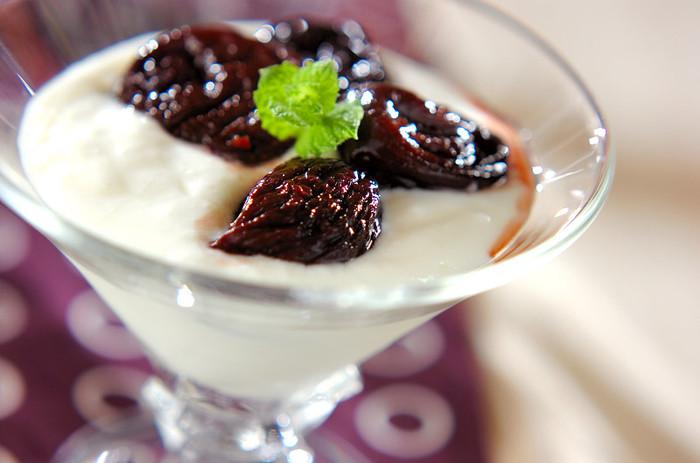 フランスでは、砂糖や蜂蜜で煮たフルーツのコンポートが日常的に親しまれています。デザートにそのまま食べたり、ヨーグルトにかけて食べたり、前菜に加えたり。少し大人っぽい味にしたいときには、ワインやスパイスを加えて煮ます。冷蔵庫で冷やした方が美味しいので、週末に作って冷蔵庫に入れておくと便利です。  こちらは10分でできてしまう「プルーンの赤ワイン煮」。市販のドライプルーンを、赤ワインと砂糖で煮てアレンジ。ヨーグルトに添えるのがおすすめです。