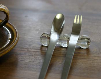 コロンとした形を繋ぐ窪みに、カトラリーをすっぽりと納めてくれるから安定感があります。快適にナイフやフォークを使えそう。