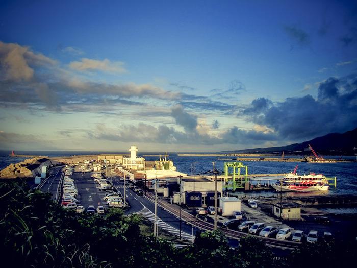 船を利用する場合は、鹿児島の鹿児島本港から高速船もしくはフェリーに乗船しましょう。高速船ならおよそ100分、フェリーだと4時間ほどかかります。時間に余裕がある方は、安価なフェリーを利用するのもいいかもしれません。ですが鹿児島本港は、鹿児島空港からバスで約50分の距離なので、飛行機で鹿児島へと訪れてから屋久島へ行く予定の方は、さらに時間がかかってしまうということをお忘れなく。