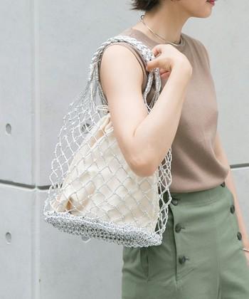 シルバーラメ入りコードで編み上げたメッシュバッグは、今夏注目のアイテムです。ベージュやカーキなどのアースカラーと合わせると、程よくエッジの効いたナチュラル感が作れます。