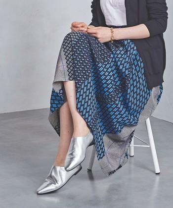 ネイビー×ブルーのプリントスカートに、シルバーのポインテッドシューズを合わせたスタイル。より洗練されたシャープな印象を与えます。
