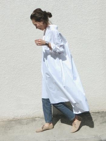 シルバーは、大人っぽさを引き立ててくれる夏におすすめのカラーです。洋服の色との組み合わせによっても印象が変わるので、いろいろ試して夏の装いをクールにアップデートしてみてくださいね。