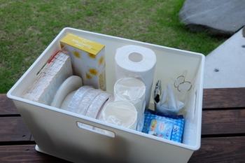 使い捨ての食器で使い残りが出た場合、プラスチックなどのコンテナにそのまま持ち出せるようまとめて収納しておくのがおすすめです。次回のイベントでもさっと取り出せますし、防災グッズとして非常時の備えにもなります。