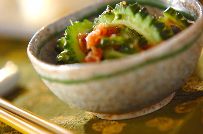 苦い野菜の代表格「ゴーヤ」もくせになる人の多い食べ物。茹でたゴーヤに梅肉ダレを掛けていただく梅和えのレシピは、さわやかな苦みが暑い夏にぴったり!
