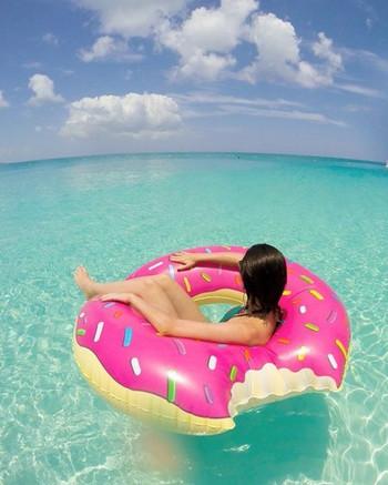 浮き輪やフロートなどのビーチアイテムは、海で使った場合は特にしっかり洗っておきましょう。塩分が残っていると臭いが出たりベタベタしてしまいます。