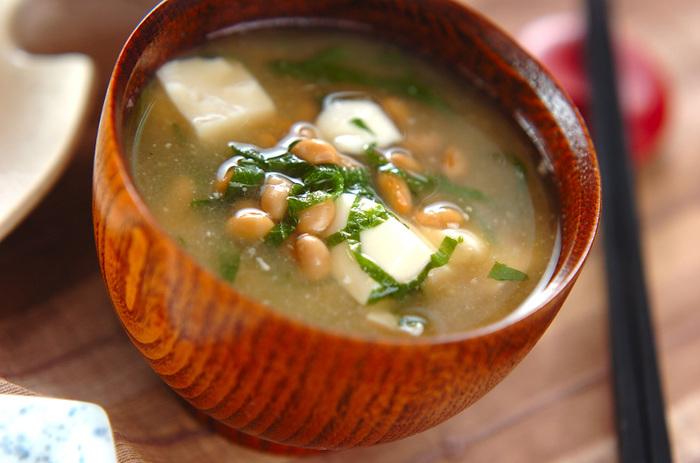 栄養価の高い「納豆」ですが、独特の臭みが気になってしまう人も。一日一食食べると良いと言われている納豆は、いろんなアレンジで楽しみましょう。納豆汁は、大葉を刻んで入れてあげることで、臭みが軽減されます。