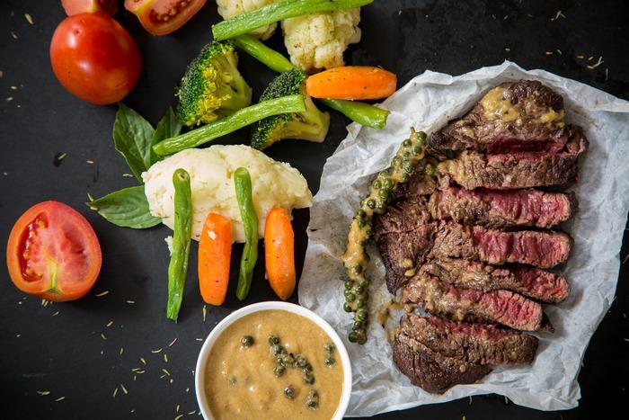 表面裏面にしっかり焼き色がついたらお肉を取り出し、アルミホイルなどで包んで中まで余熱で火を通します。焼いたお肉を少し休ませてあげることで満遍なく火入れをします。