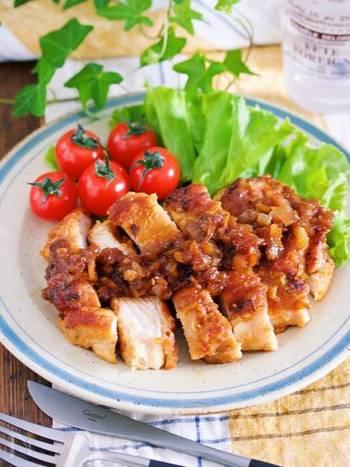 鶏ムネ肉で作る玉ねぎがたっぷり入ったジンジャーチキンステーキ。最初に玉ねぎと調味液にお肉を漬け込んでから焼くので味つけの失敗もなく作ることができます。ムネ肉は焼くとパサパサになってしまうのでは?と思われがちですが玉ねぎが入った調味液につけることで回避できますよ。ヘルシーなステーキが食べたい方にオススメのレシピです。