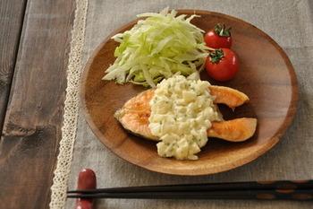 いつもなら焼き鮭で食卓に並ぶ「鮭」もタルタルソースのステーキにしてしまえばとっても豪華な晩ごはんになります。鮭を焼くときは小麦粉を表面にはたき、オリーブオイルで焼いてあげることでお店のような味わいになりますよ。自家製のタルタルはチキンにも会うのでアレンジも楽しめますね。