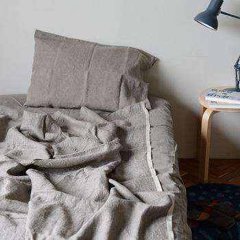 寝具にこだわることで、熱帯夜の睡眠を快適にしましょう。サラッ軽い素地のリネンワッフル生地のタオルケットは、夏の火照った体にも肌触りがよく、気持ちのいい眠りが期待できます。