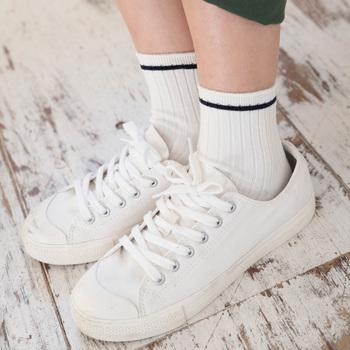 夏に靴下を履くのに抵抗がある方は、まずはお好きなデザインの一枚から始めてみましょう。冷えとり靴下でなくても素足よりも冷えにくくなりますよ♪スニーカーやスポサン、パンプスに靴下を合わせるコーデはクラシカルでオシャレですので、手始めにコーデのポイントとして取り入れてみては?