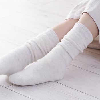 臓器の多い上半身に比べ、下半身は冷えやすい部位ですから靴下はマストですね。さらに靴下を重ね履きすることで、保温効果やデトックス効果が高まり、冷え対策だけでなく美容目的にも◎ 絹→綿→絹→綿の4枚履きがおすすめです。初心者の方はセット売りのものを買うとよいでしょう。
