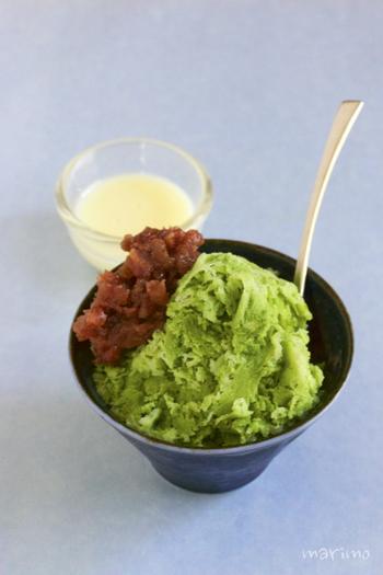 大人は抹茶味のアイスやデザートが大好きですが、牛乳と練乳をベースに作った氷に抹茶で味をつけた甘いかき氷なら、子供も美味しく食べられます。粒あんや練乳をお好みでかけて、さらに美味しく楽しみましょう。