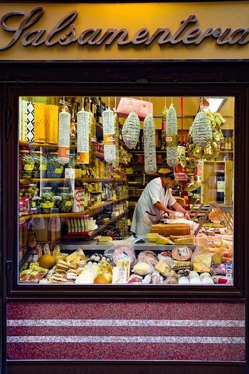 フレッシュチーズはどれも新鮮なほど美味しいと言われますが、ブッラータは特に賞味期限が短く、幻のフレッシュチーズと呼ばれるほど。街中にチーズ専門店がたくさんあるイタリアと違い、日本ではお目にかかる機会の少ないチースでした。 しかし最近では国内産のブッラータも登場するなど、その美味しさも相俟って、じわじわとファンを増やしつつあります。