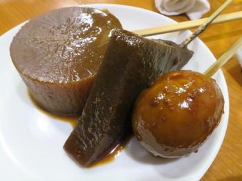 真っ黒な味噌の出汁に、串刺しのおでんが煮込まれている光景が印象的な名古屋の味噌おでん。「島正」は、昭和24年に屋台からスタートした味噌おでんの老舗で、仕事帰りの人々などで連日大にぎわい。名物は、10日煮込んで中まで真っ黒の大根の味噌おでんです。(個数制限あり)