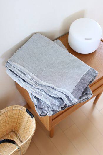 フィンランド製のサマーブランケットは、薄くて軽いのに体をすっぽり包み込める大判サイズ。 Ducks Homeさん宅では家の中ではもちろん、お出かけの際にも持っていくのだそう。