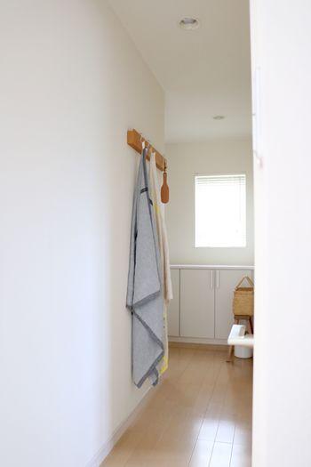 いつもの収納は掛けて。シワが伸びいつでも快適に使用できるのだそう。 丈があってもかさばらないので、壁面収納でも邪魔になりにくいですね。