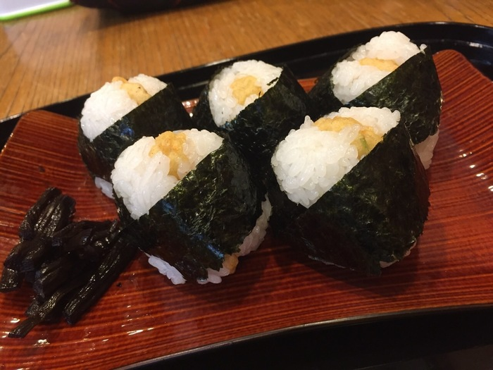 海老の天ぷらを具にしたおにぎり、天むす。名古屋めしとして知られますが、じつは発祥は三重県津市。津市にある「千寿」という店のまかない料理が始まり。そして、その技を受け継いだのが、名古屋・大須にある「めいふつ天むす千寿」という店で、名古屋に初めて天むすを伝えたといわれています。