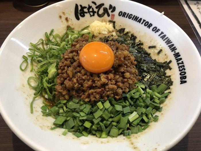 台湾まぜそばは、極太麺に台湾ミンチや魚粉、ニンニク、卵黄などをのせた汁なし麺で、「麺屋 はなび」が発祥店。よく混ぜて食べるスタイルで、最後に少し具を残し、白米をちょっと足してもらう「追い飯」も大人気。比較的新しい名古屋めしとして話題を呼んでいます。