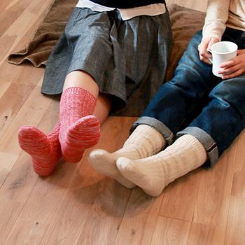 重ね履きが出来ない日には、内側にシルク、外側にウールを使用した天然繊維の靴下をチョイスすると、1枚でも冷え対策が出来るのでおすすめです。赤ちゃん用もあるので、お子様とお揃いで履いても可愛いですね。