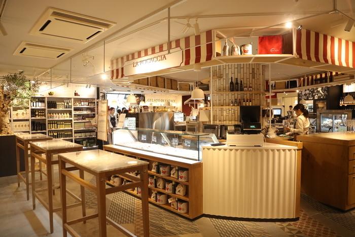 東京駅構内グランスタにあるこちらは、ジュースバーやイートイン、レストランが併設されていて、イタリアの食文化をいろいろ体験できるお店です。オープンキッチンにはピザ窯が見え、調理している様子も窺えてライブ感も◎