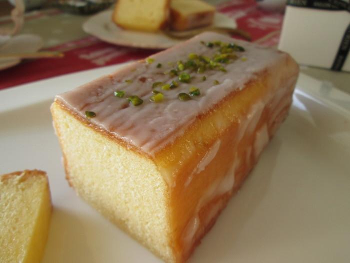 小麦粉・卵・バター・砂糖・レモンだけで作られたシンプルなウィークエンドシトロン。生地はずっしりと重めですが、しっとりとしていて口の中でホロっとほどけます。 小さめサイズの「ミニウィークエンド」もありますよ。